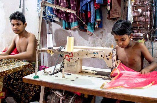 1c1dadeb141 Δεν είναι όλα τα ρούχα φτιαγμένα στη βιοτεχνία της γειτονιάς. Στη βιομηχανία  της μόδας η παιδική εργασία ζει και βασιλεύει!   Singlewoman.gr