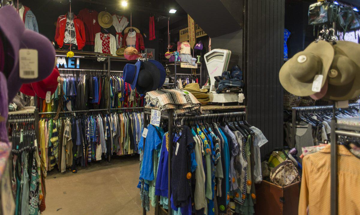 7044a3413dd Πήγαμε στα τοπ vintage καταστήματα της Αθήνας και βρήκαμε επώνυμα ρούχα,  τσάντες και αξεσουάρ από 2 έως 3 ευρώ   Singlewoman.gr
